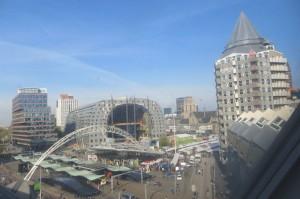 Ausblick aus meinem Zimmer. Links wird wieder etwas Neues, Spektakuläres gebaut, rechts ist der Markt.