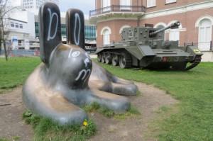 Hase und Panzer - ein merkwürdiges Paar, das da vor der Kunsthal parkt.