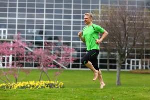 Regelmäßig barfuß laufen - eine Empfehlung von Dr. Matthias Marquardt, an die er sich offenbar auch selbst gern hält.