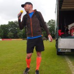Triathlon a la Safft: mit Mikrofon, Block und Laufschuhen.