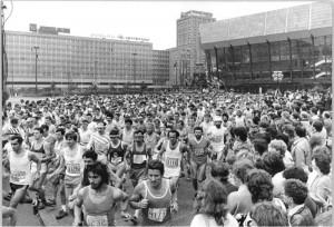 Leipzig vor 30 Jahren: Stadtbild wie Laufmode sollen sich seitdem unwesentlich verändert haben. Foto: bundesarchiv