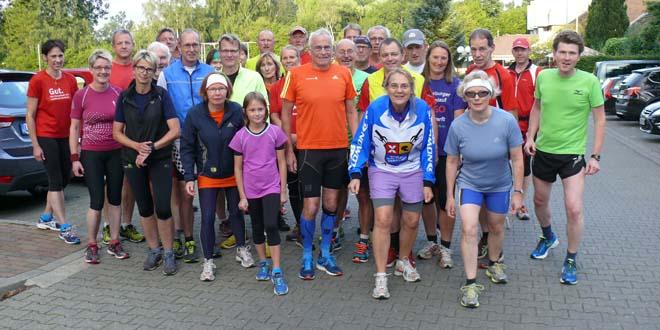 Burkhard Schulte (vorn im orangefarbenen Shirt) startet jeden Dienstag mit dem Lauftreff des MTV Treubund durch - und an diesem Wochenende beim Tiergartenlauf.